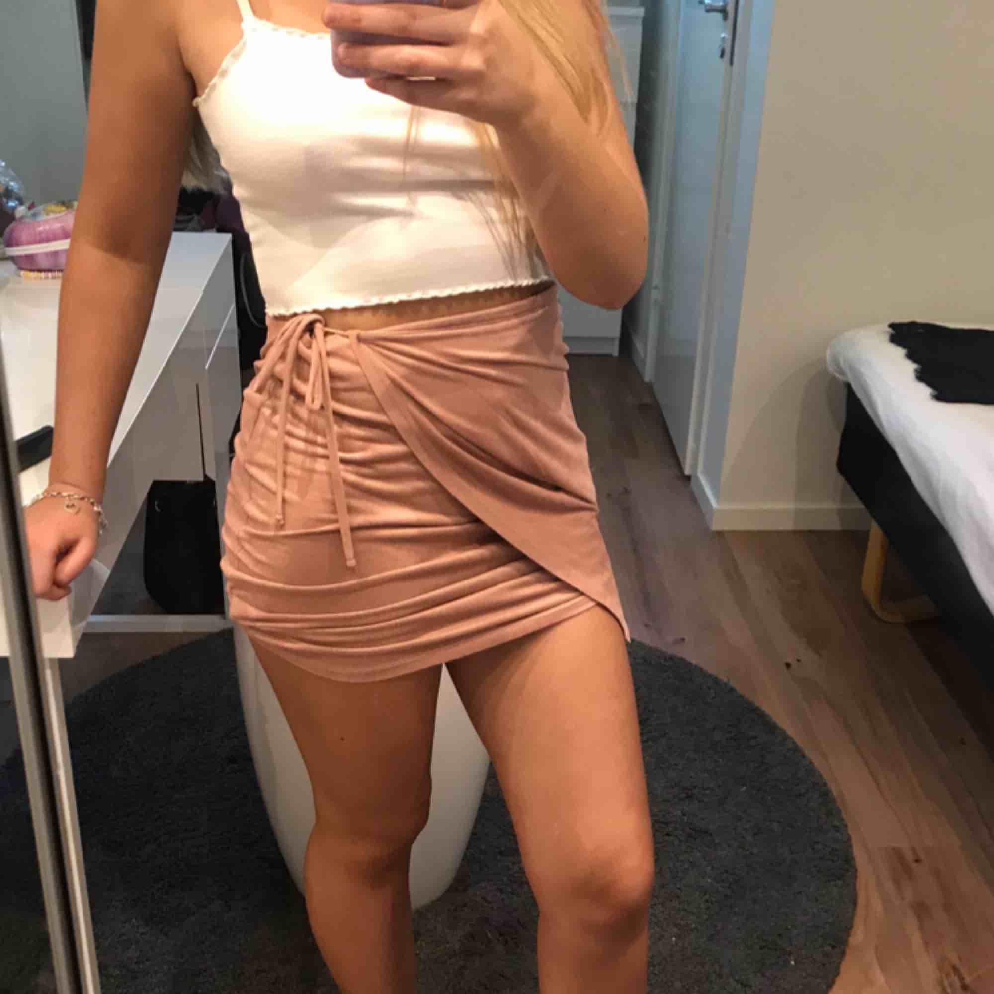 Jättefin kjol som är köpt i USA på Charlotte Russe. Passar superbra till sommaren och våren! Materialet är typ sammet. Frakt tillkommer. Kjolar.