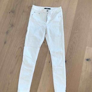 Vita jeans från Bik Bok, säljes pga att de inte passar så bra. Använda en gång, bra skick och kvalité. 200kr + frakt