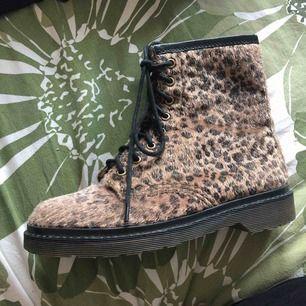 Svinsnygga leopardkängor, samma modell som Dr Martens, 8håls.  Inköpte i Tokyo, strl L. Precis som en svensk strl 38.