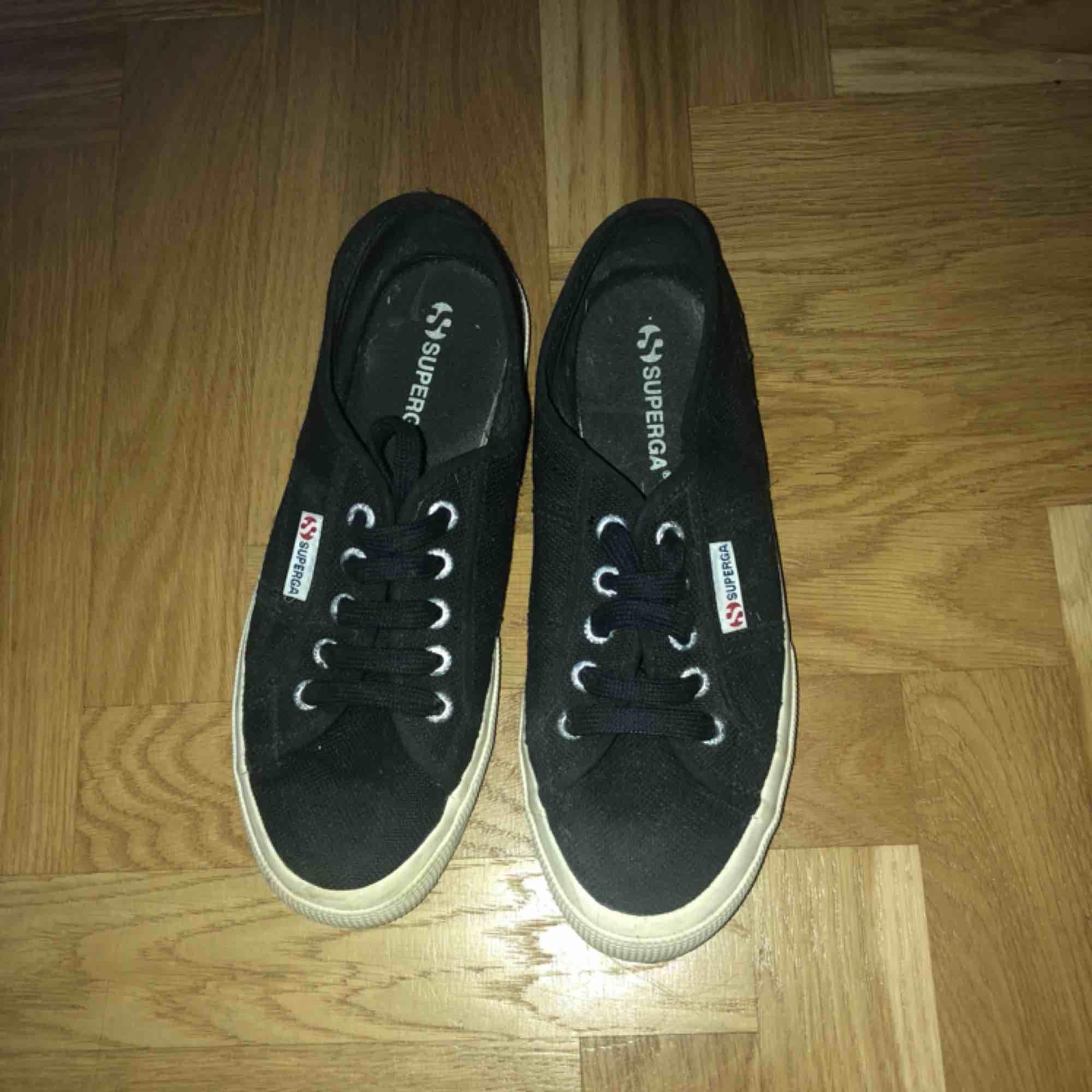 Svarta skor från Superga. Fint skick, använda max 10 gånger😋 frakt inräknad i priset . Skor.