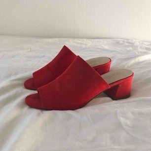 Mules i rödorange färg, fint skick!  Frakt tillkommer/hämtas upp i Sthlm!