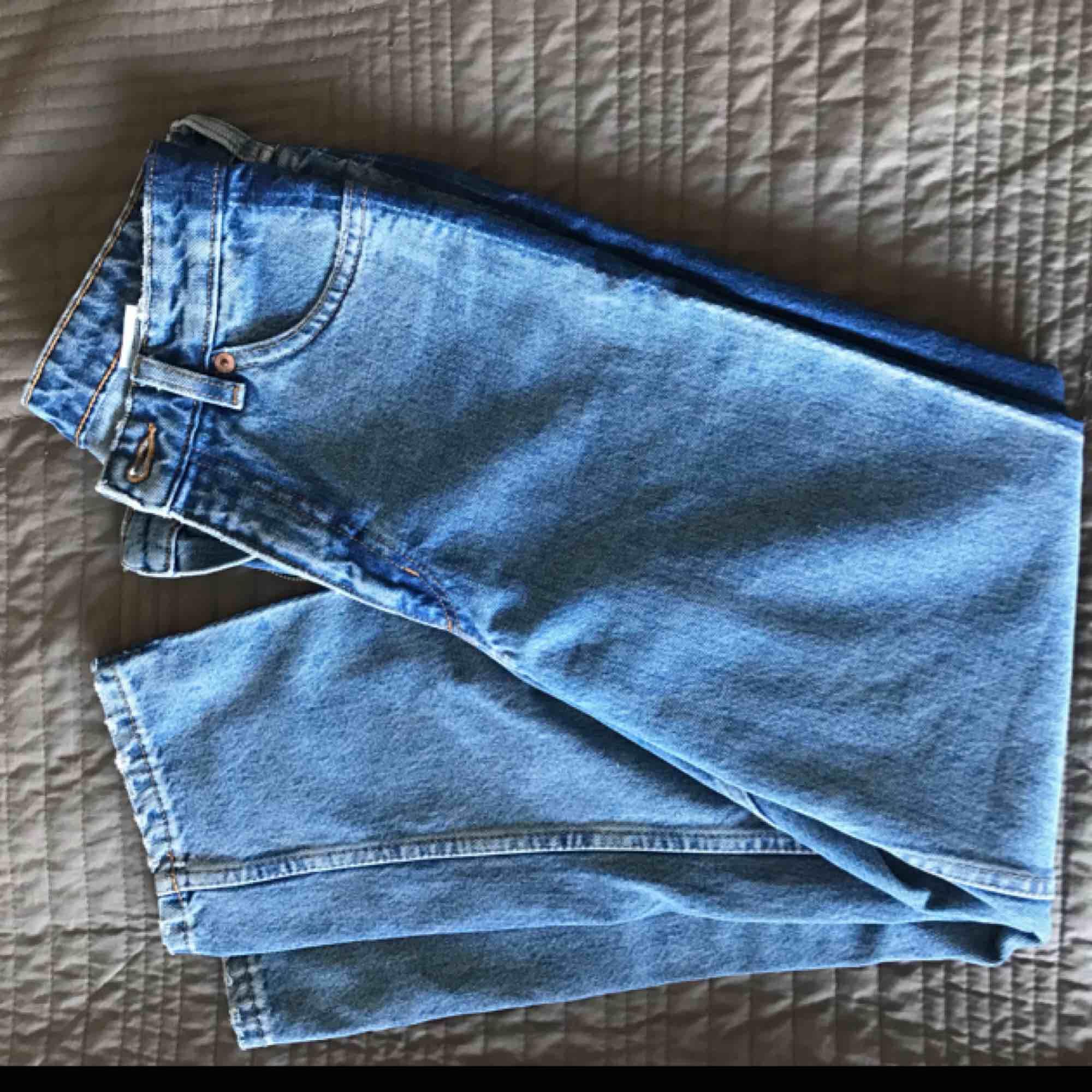Säljer dessa supersnygga och oanvända jeans från Monki. Dem är lite kortare modell som faller rakt på benen och med hög midja. Dem är i nyskick, kan mötas upp annars står köparen för frakten(;. Jeans & Byxor.