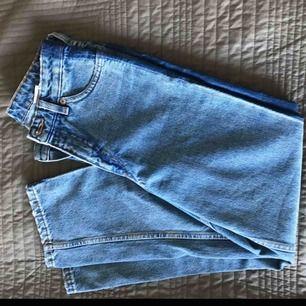 Säljer dessa supersnygga och oanvända jeans från Monki. Dem är lite kortare modell som faller rakt på benen och med hög midja. Dem är i nyskick, kan mötas upp annars står köparen för frakten(;