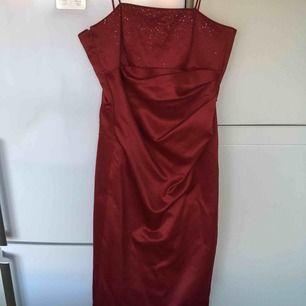 Festklänning använd endast en gång. Kan skicka fler bilder med den på om så önskas. Kan mötas upp i Stockholm .