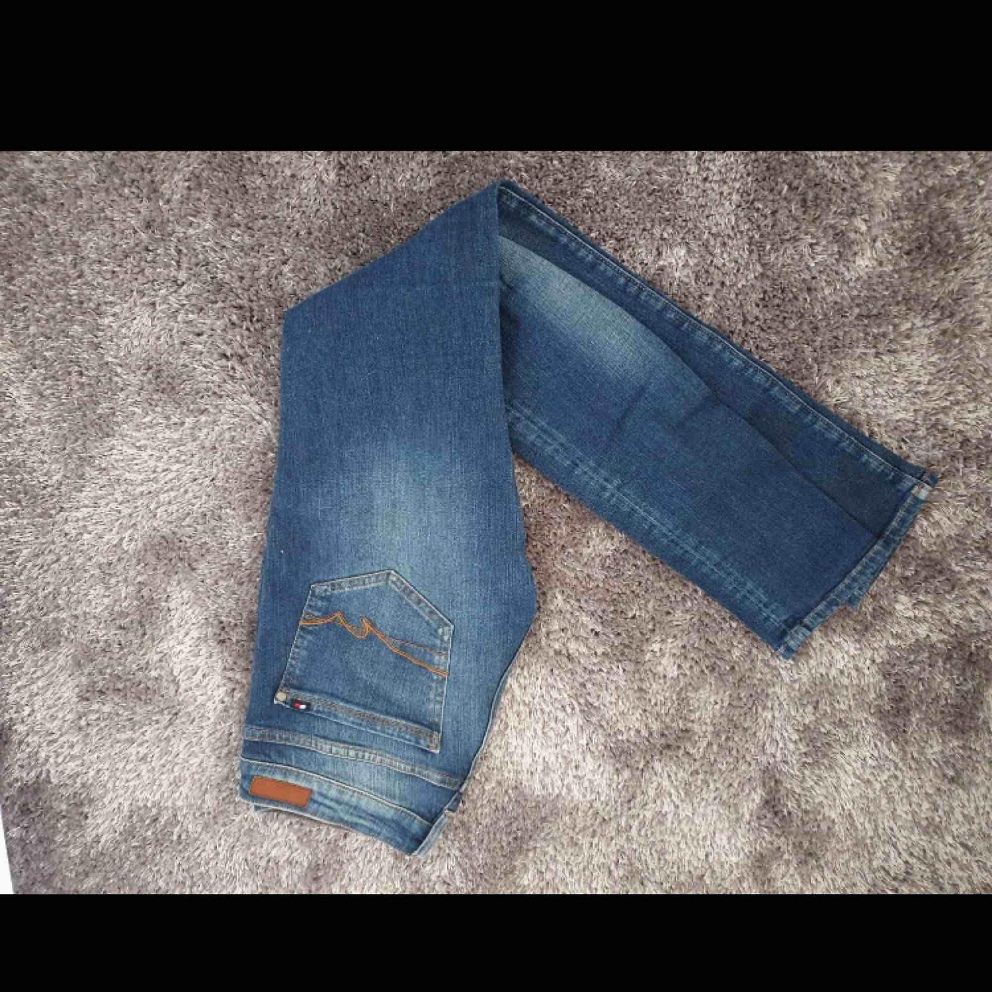Jeans från Tommy Hilfiger, köpte dem här på plick men passade tyvärr inte så säljer dem vidare 🌸. Jeans & Byxor.