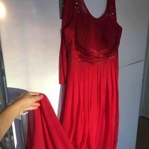 Helt oanvänd röd festklänning storlek L .