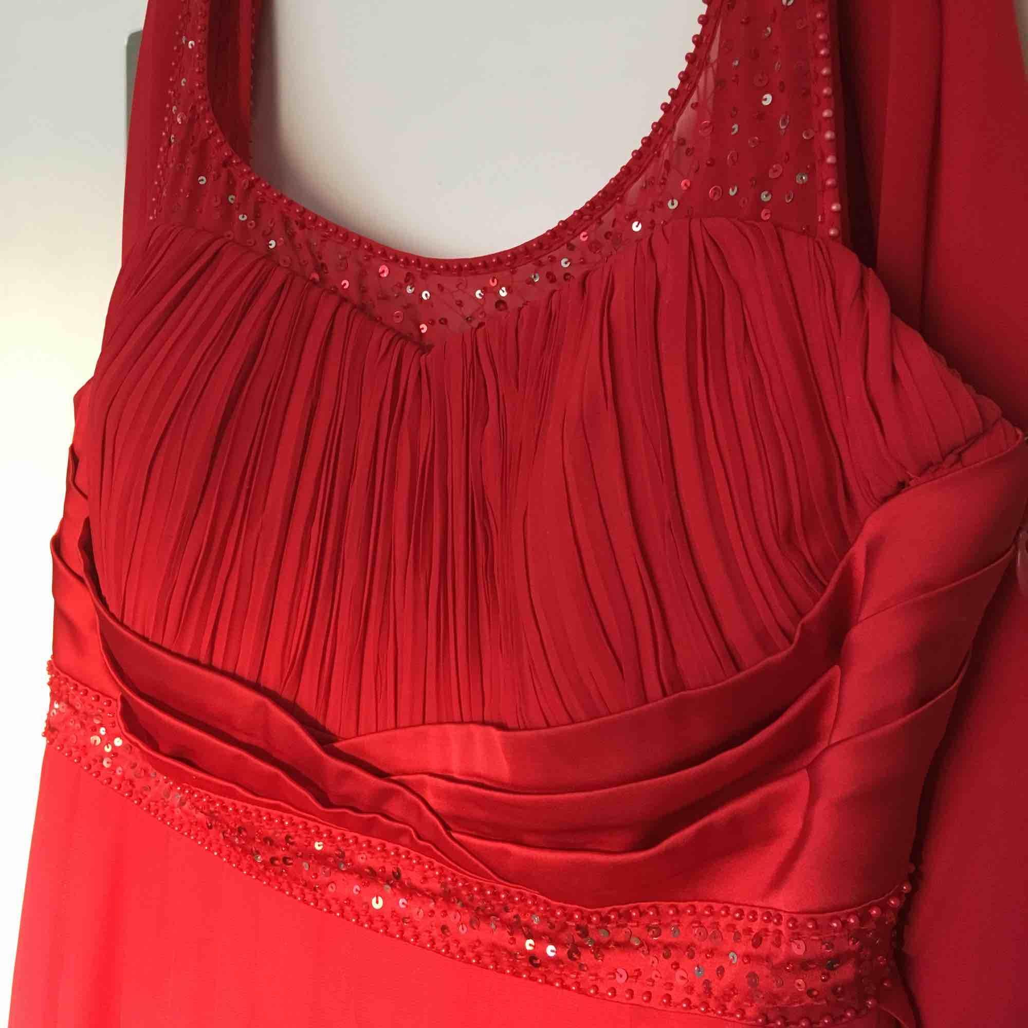 Helt oanvänd röd festklänning storlek L . . Klänningar.