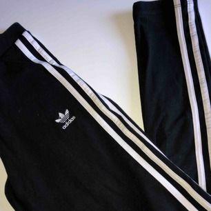 Ett par Adidas original three striped leggings, gott skick endast använda ett fåtal gånger, Köparen står för frakt!