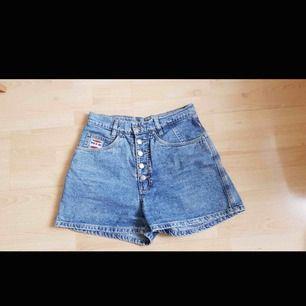 Sååå fina vintage shorts, storlek 38 vilket motsvarar s. 🌸 Kan fraktas men då står köpare för fraktpris 🌷