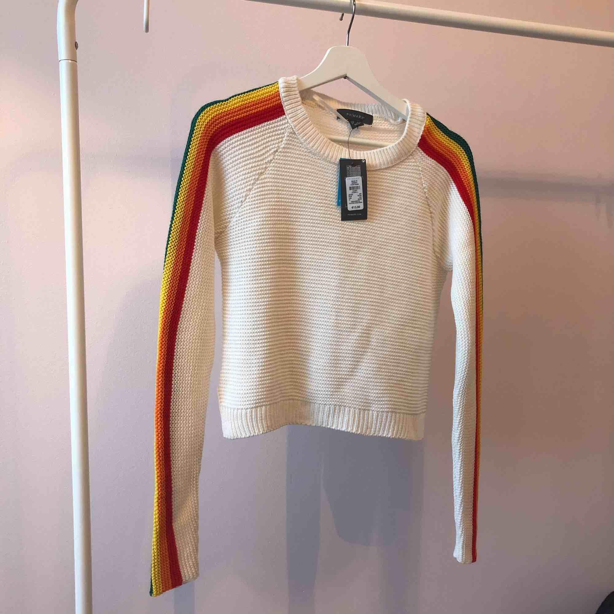 Helt ny stickad tröja med regnbågar på armarna! 🌈  . Stickat.