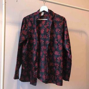 Cool skjorta i skönt material, säljes billigt då den är lite sönder (tredje bilden) 🌹