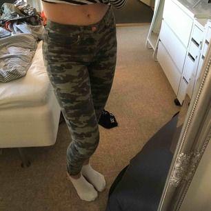 Militär byxor i jeans material Kan mötas i Göteborg eller frakta om köparen står för frakten  Pris kan diskuteras Stretchiga och normalt höga i midjan Dragkedjor längst ner på byxbenen Använda ett par fåtal gånger