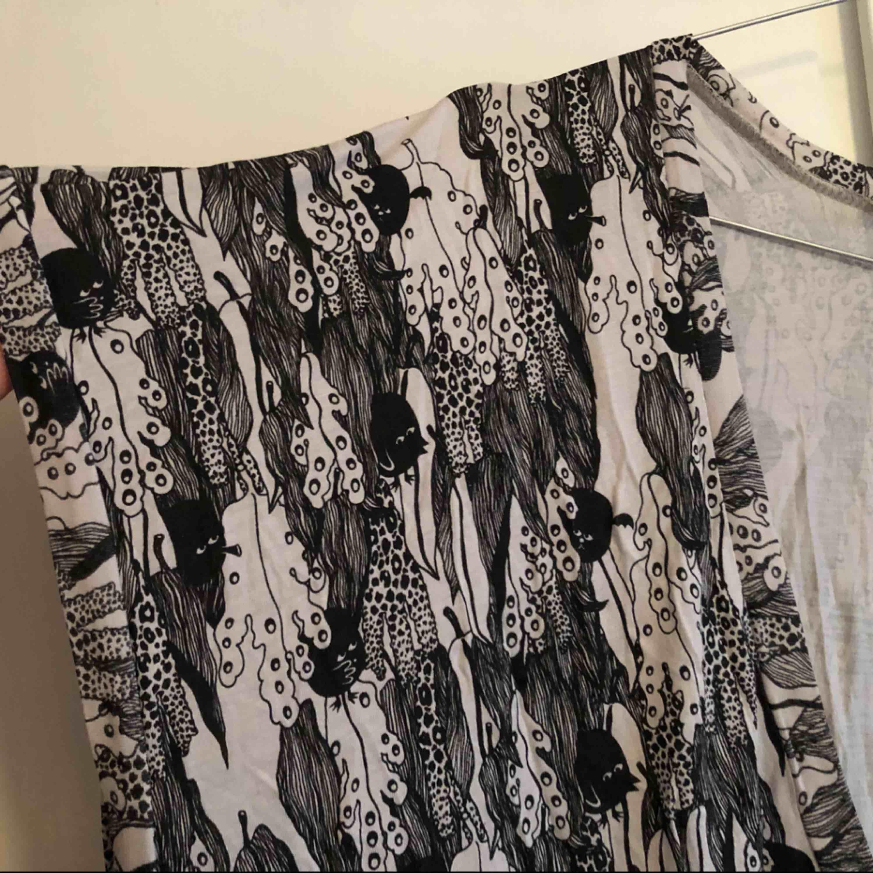 Klänning i vitt, svart och grått i lös och ledig modell. Rätt urringad men passar bra med polotröja, tight klänning under eller liknande!  Köparen står för eventuell fraktkostnad 😘. Klänningar.