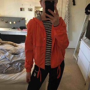 Jättesnygg orange vindjacka typ Köpt på H&M i Hawaii så lite rolig bakgrund😜 Kan mötas i Göteborg eller frakta då köparen står för frakten! Används tyvärr för sällan :/