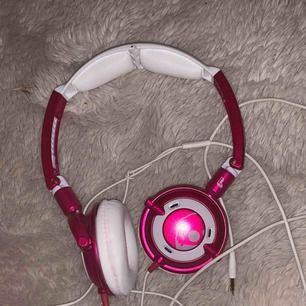 Jag säljer dessa coola hörlurar för 89 kr + frakt. Använda ett fåtal gånger men är i mycket fint skick och snygga. Jag säljer hörlurarna eftersom de läcker lite ljud ut. Inköpspris: 400kr