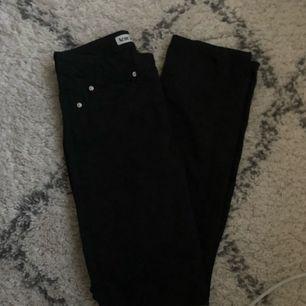 Acne Jeans, svarta straight leg. Originalpris 1400 kr.  Aldrig använda då de är för små, köpta för lite över ett år sedan.  Köparen betalar frakt.
