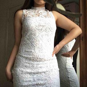 Oanvänd superfin klänning som passar bra till studenten/avslutning/ sommaren 🤩 spetsen är jättefin och den höga halsen ger en elegant look.   Prislappen finns kvar.