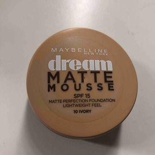 Dream matte mousse foundation från maybelline. Nypris 129kr. Endast testad, fel färg för mig därav att jag säljer den. Färg 10 ivory!