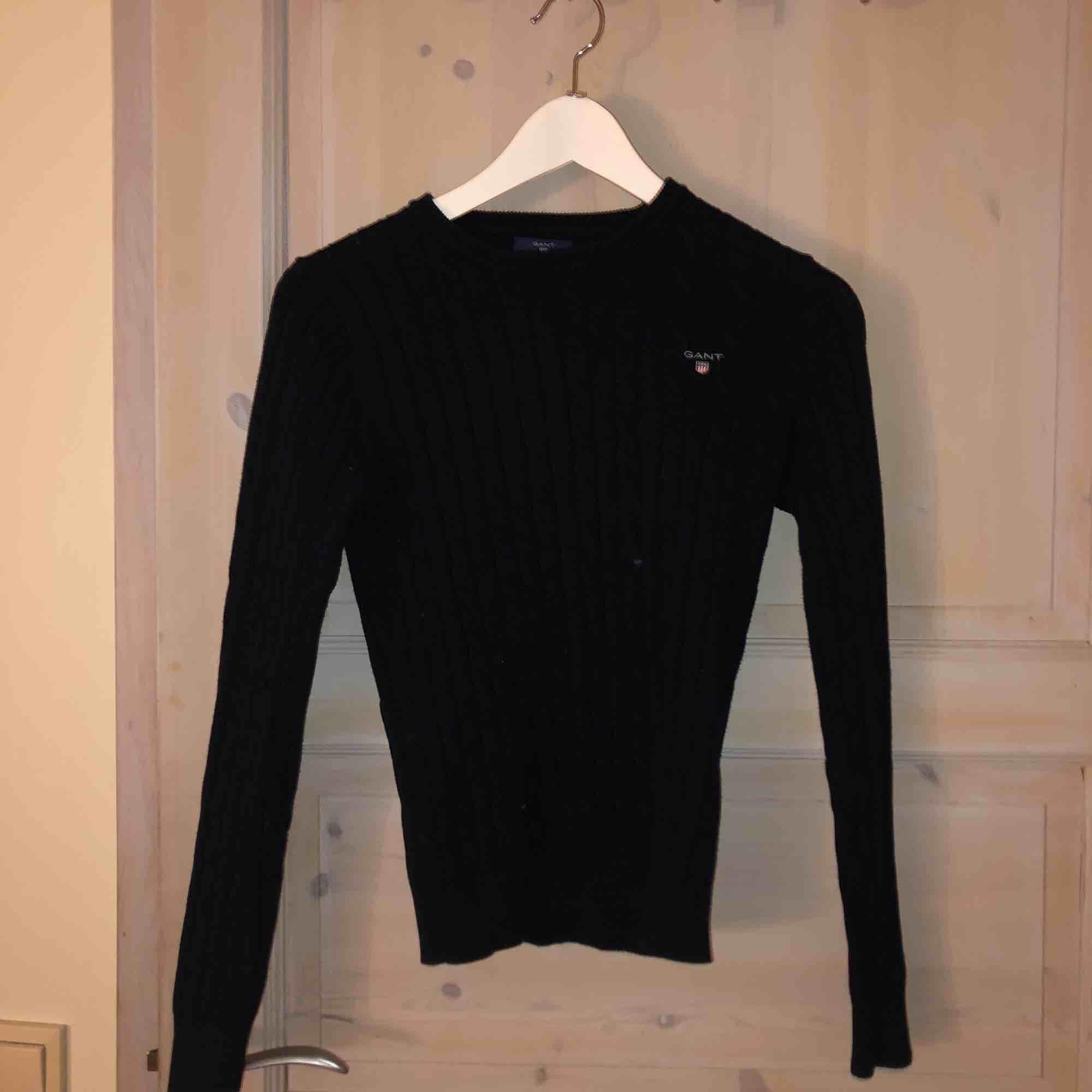 Äkta marinblå Gant-tröja. Storlek XS men passar även någon med storlek S då den är väldigt stretching. Inte köpt nyligen men nästan helt oanvänd. Kostar 300 + frakt men pris kan diskuteras.. Stickat.