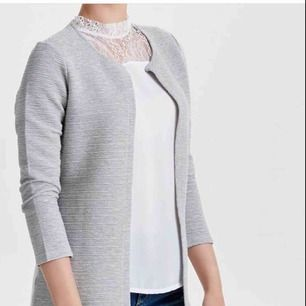 """Är som ny, grå """"kappa""""/kofta från only. Säljer pga den inte riktigt är min stil."""