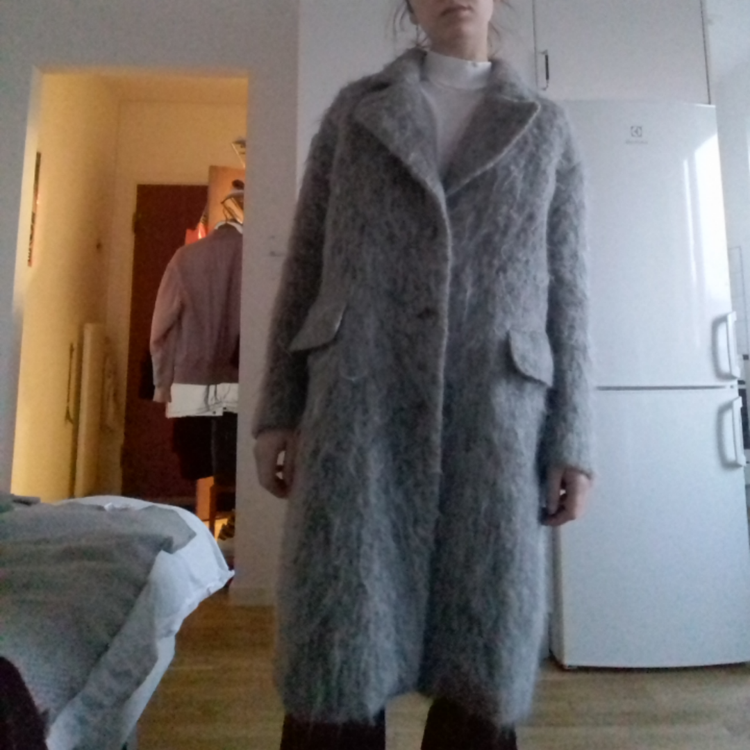 Grå ullig kappa från H&M Trend i stl 34. Borstad ull och gjord i ull, mohair & alpaca. Oversize, knäpps med 3 knappar, finns en 4e knapp högt upp om man vill ha den knäppt hela vägen upp. Köpt för tusen kronor för två år sen. Frakt 63 kr.. Jackor.
