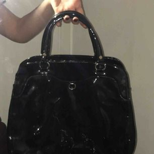 Väska köpt på humana för 400kr 💖 Fint skick då aldrig använt💓 2 innerfack, mycket utrymme💕  Storlek som en vanlig handväska!