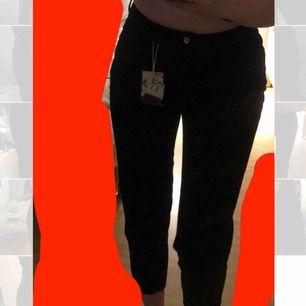 Helt oanvända momjeans från Zara inköpta hösten 2018. Säljs pga för korta i benen men i övrigt supersnygga. Hör av er vid intresse!