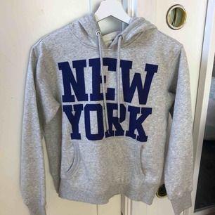 Oanvänd hoodie från h&m, storlek XS men skulle säga att den mer är som en S, endast frakt (köparen står för frakten, 50kr)