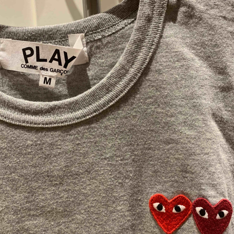 Säljer min Comme des garcon tshirts då jag sällan använder den vilket är väldigt synd. Använd ett fåtal gånger, kanske 4-5. Den är i storlek M men sitter även väldigt snyggt på en S      Nypris ca 1200 . T-shirts.