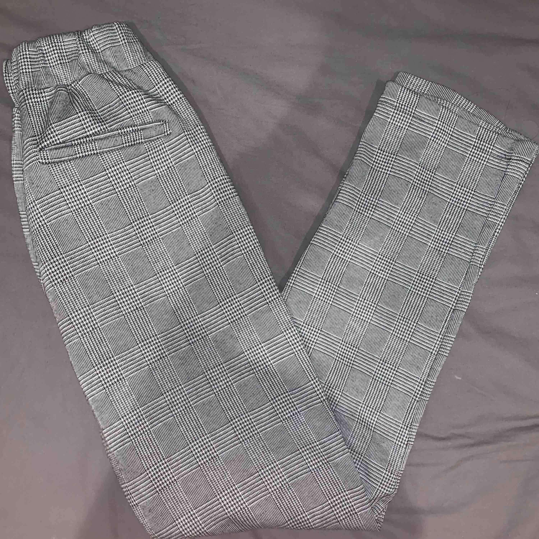 Superskönt snygga kostymbyxor. Funkar till vardag men också till evenemang då de går att klä upp snyggt. Jeans & Byxor.
