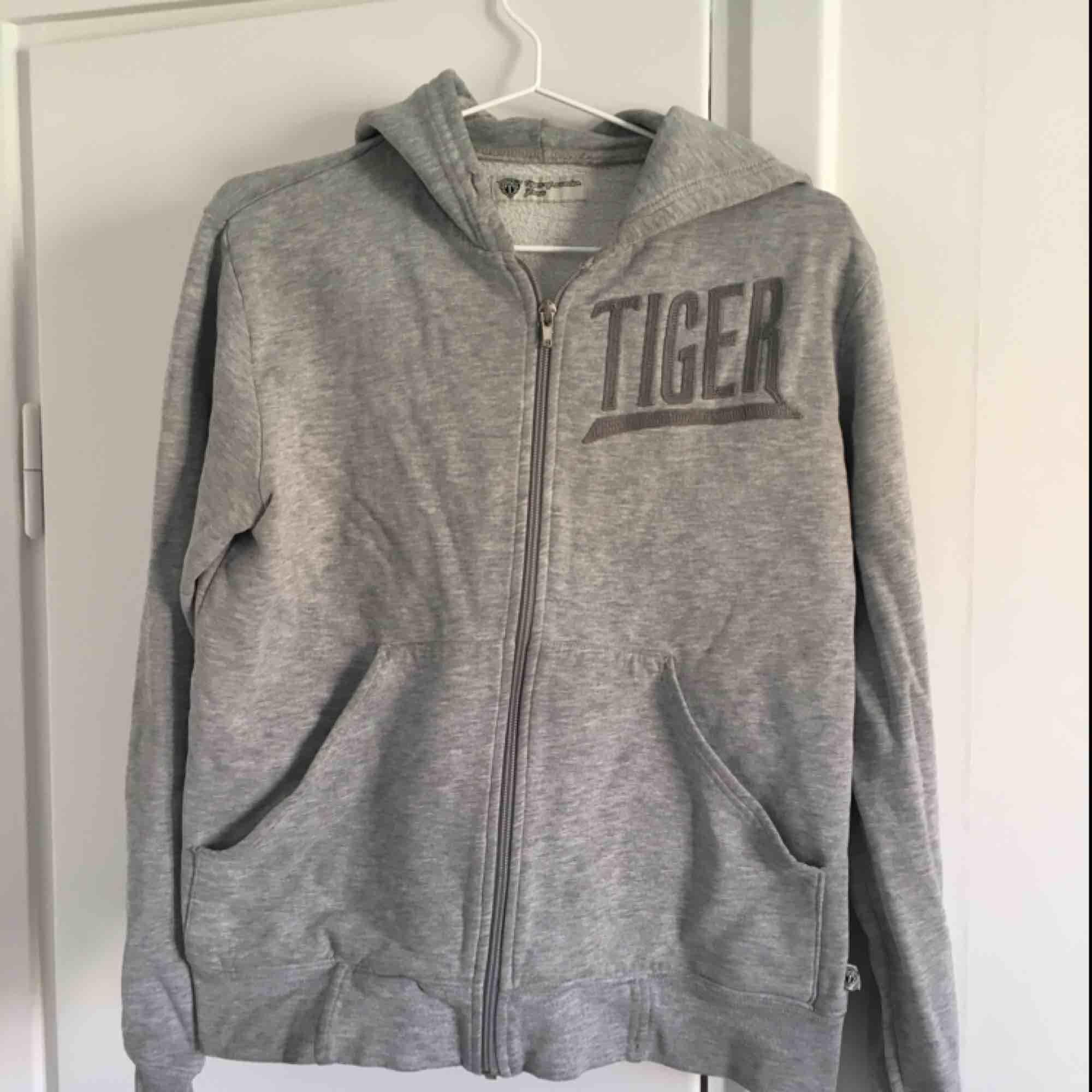 Grå hoodie från Tiger of Sweden. Den är ganska urtvättad.. Huvtröjor & Träningströjor.