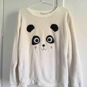 """Väldigt gosig tröja med panda på. Den har """"päls"""" både in och ut-vändigt så den är väldigt len och mjuk. Säljer på grund av att den inte kommer till användning, men använd endast ett fåtal gånger ✨"""