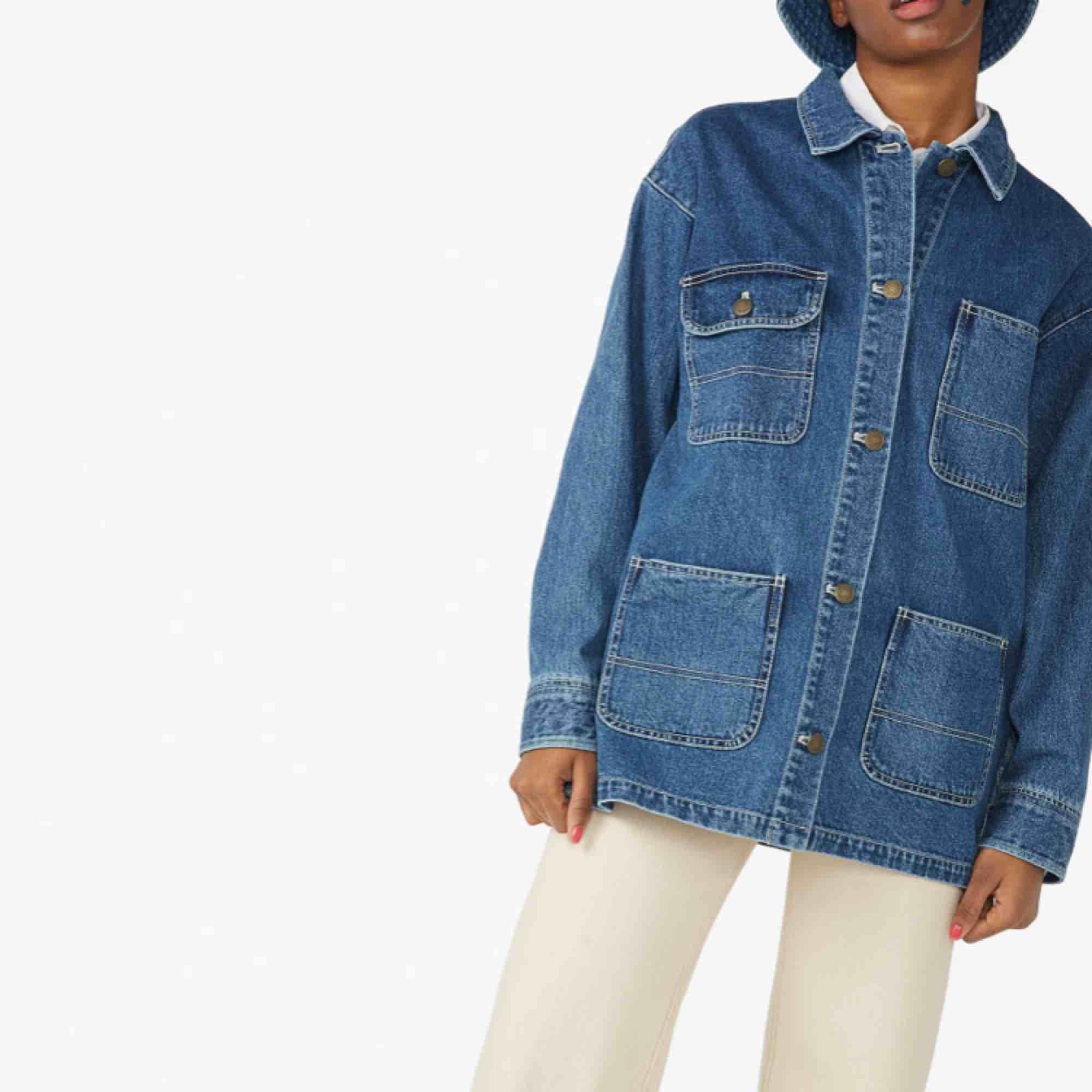 Tidlös jeansjacka ifrån Monki. Storlek Medium. Helt nyskick, använd endast 2 gånger! Har swish. . Jackor.