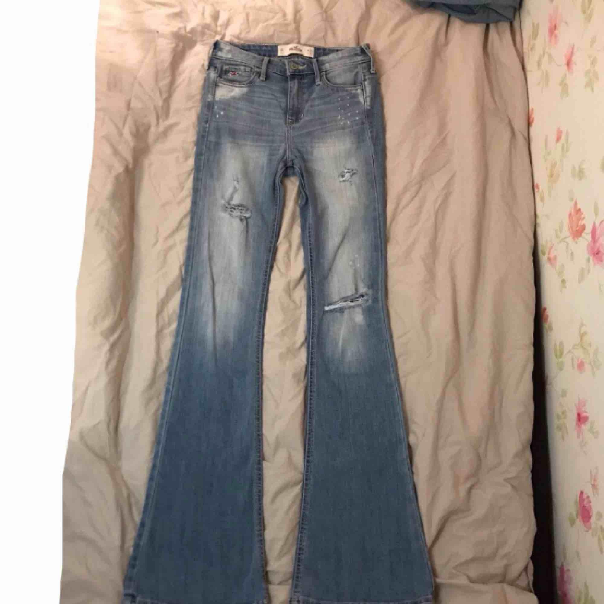 säljer tyvärr mina snygga bootcutjeans från hollister, skulle säga att dom passar xxs, dom är för långa för mig som är 168, dom är högmidjade, fraktar men köparen får stå för fraktkostnaden, hör gärna av er om ni har frågor eller vill ha fler bilder🖤 . Jeans & Byxor.