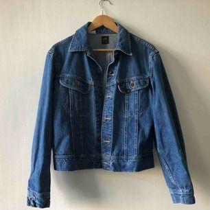 Äldre jeansjacka från Lee. kan hämtas i Uppsala eller skickas mot fraktkostnad