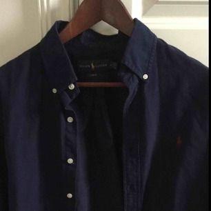 Ralph lauren skjorta blå med vinröd häst.
