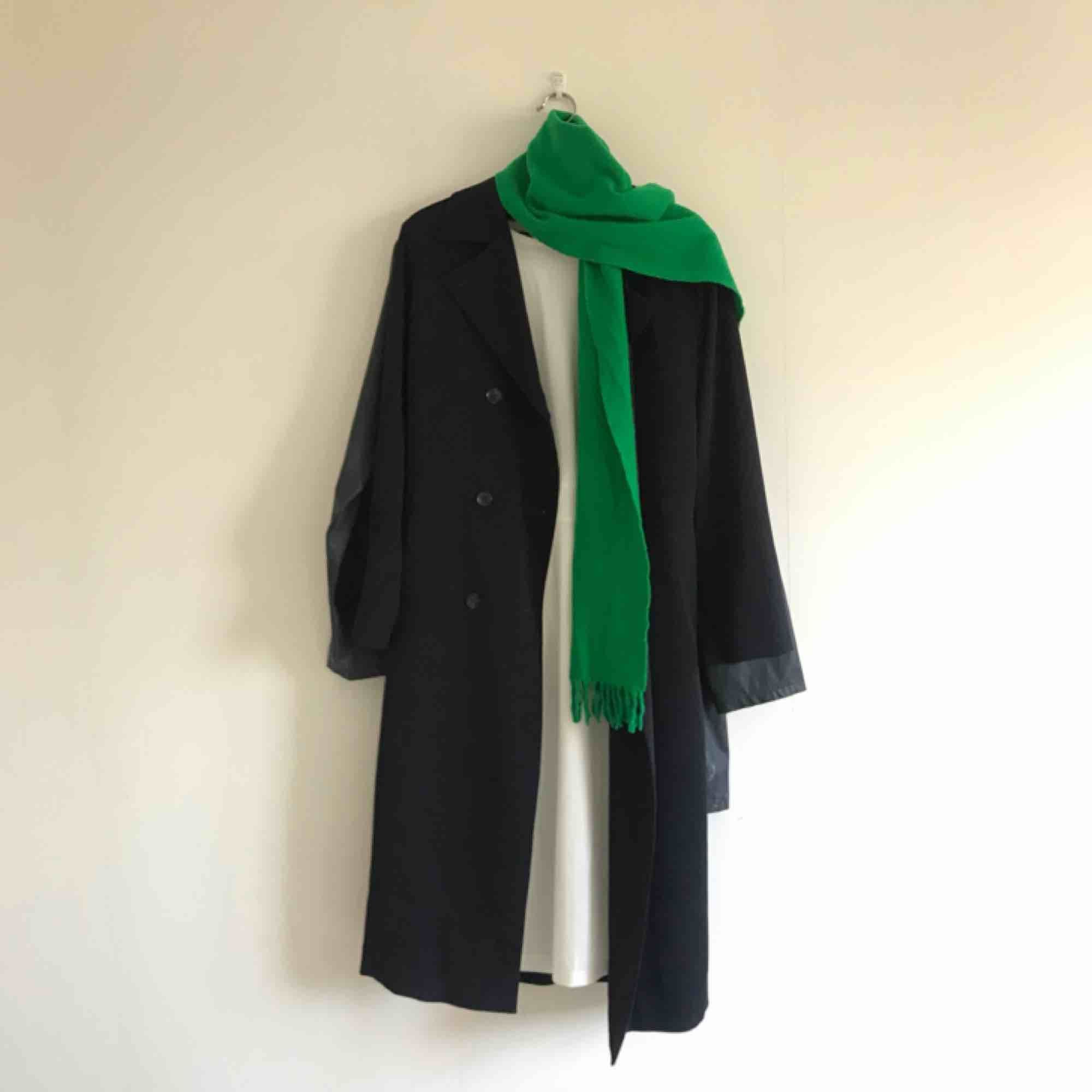 100% wool electric green scarf. Perfect for autumn weather. In good conditions.. Accessoarer.