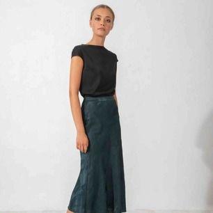 AHLVAR GALLERY HANA CAMO SKIRT. Underbar kjol i 100% silke och superfint camo-print! Inköpt på Sthlm Boulevard hösten 2018, använd max två gånger. Nypris 1800kr. Kan mötas i centrala Stockholm.