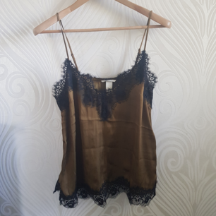 Silky top from H&M, size 38, kind of a golden khaki 😅 Sooo nice and looks expensive. Great for summer or partying. Used a few times but still in good condition! Can meet up in Tcentralen or Täby.