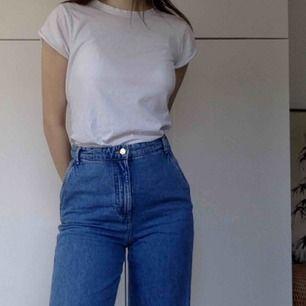 Superfina jeans i lite skate-aktig modell! Dvs långa lösa ben, skön denim och hög midja! Kan mötas, har swish!