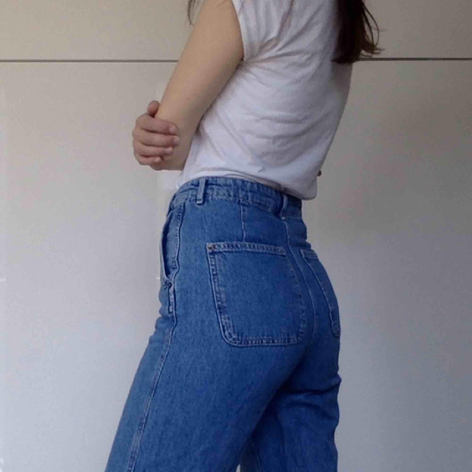Superfina jeans i lite skate-aktig modell! Dvs långa lösa ben, skön denim och hög midja! Kan mötas, har swish!. Jeans & Byxor.