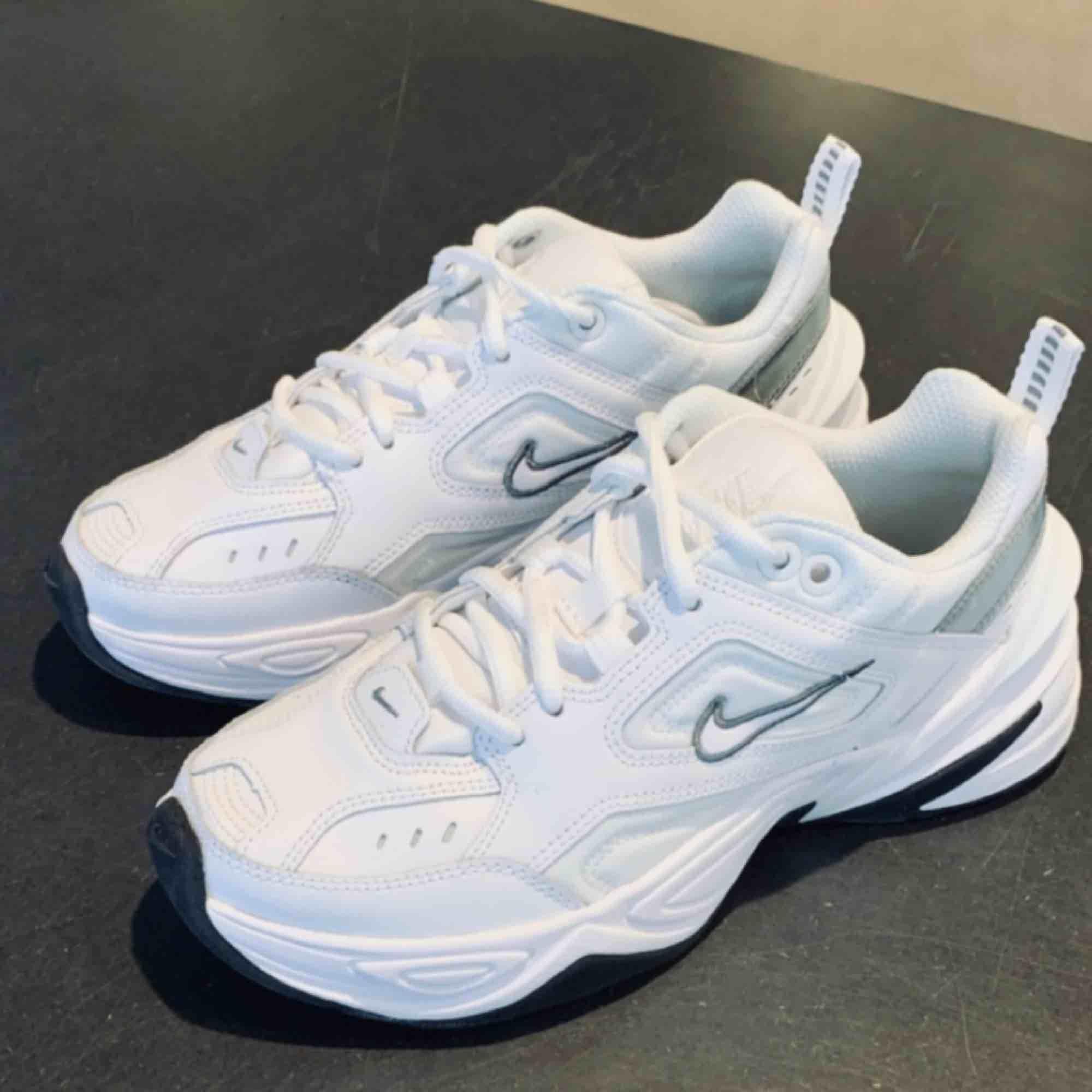 """Säljer ett par helt nya sneakers från Nike i den populära modellen """"M2K Tekno"""" i storlek 36,5. Kartong medföljer om så önskas.. Skor."""