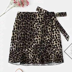 Jättefin helt ny kjol som jag råkade beställa 3 av (fråga inte hur jag lyckades haha). Perfekt till sommaren. Finns två styckna. Köparen står för frakt.