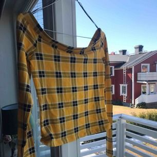 Super fin off shoulder tröja med lite vintage stil. Aldrig använd, passar perfekt till sommaren med den gula färgen. Frakten går på 60kr, för bättre bilder skriv privat