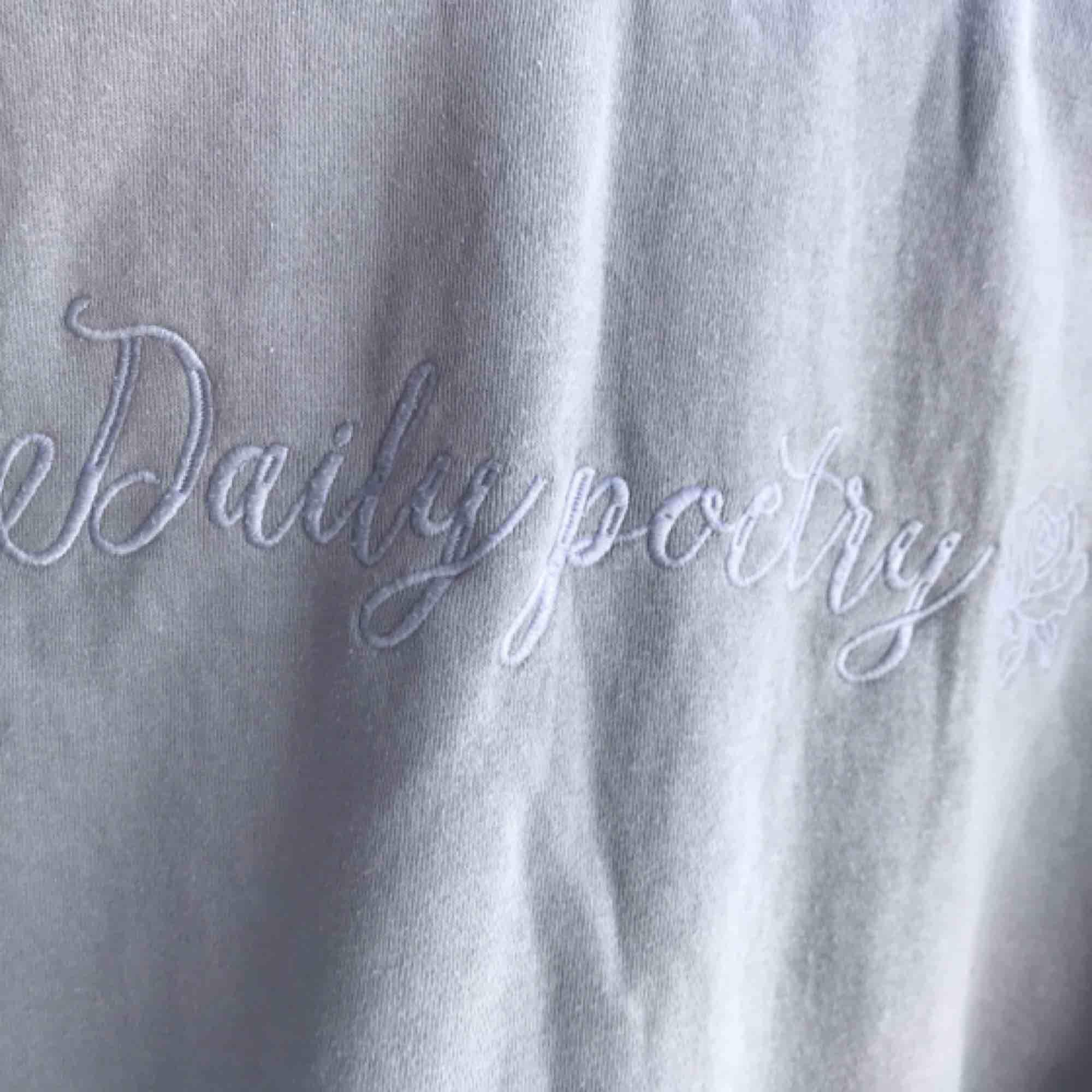 Fin tröja från New yorker, aldrig använd. Tryck på ryggen som man ser i sista bilden. Frakten går på 70kr vill ni ha bättre bilder skriv. Huvtröjor & Träningströjor.