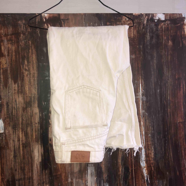 Vita jeans, säljs pga för små. Jeans & Byxor.