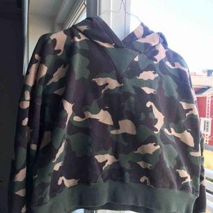 Dö snygg militär hoodie! Använd ett fåtal gånger. Frakten går på 90kr. För bättre bilder skriv
