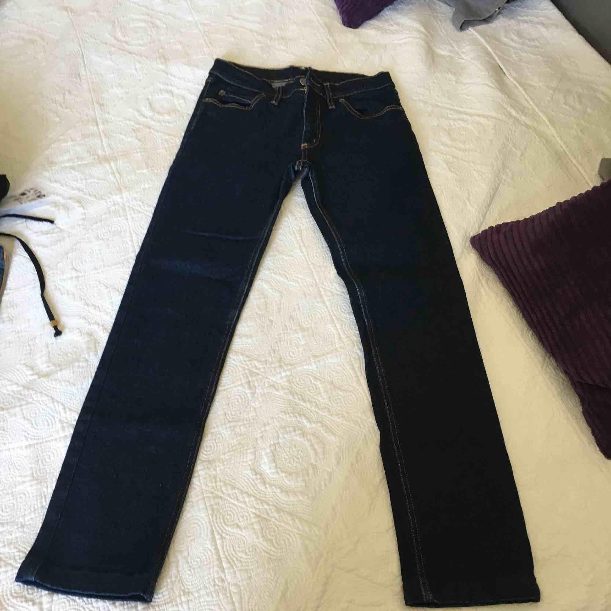 Cheap monday jeans mörkblåa använt 1 gång  Str 32 men passsr en som har str s . Jeans & Byxor.