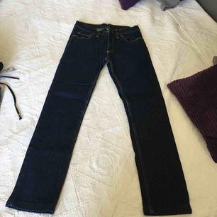 Cheap monday jeans mörkblåa använt 1 gång  Str 32 men passsr en som har str s