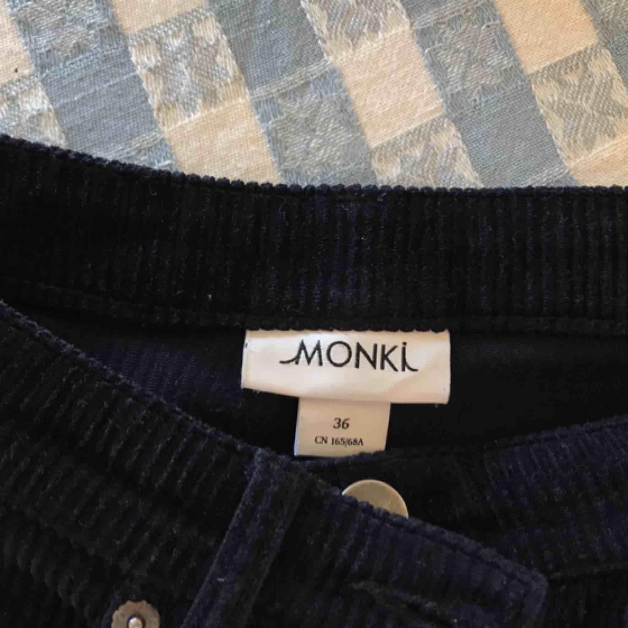 Svarta corduroy byxor från monki i storlek 36. Supersköna och de är i fint skick🌻. Jeans & Byxor.